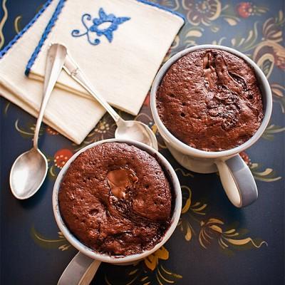 Bizcocho en taza de crema de chocolate con avellanas