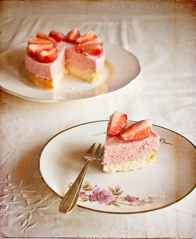 imagen de tarta de queso y fresas