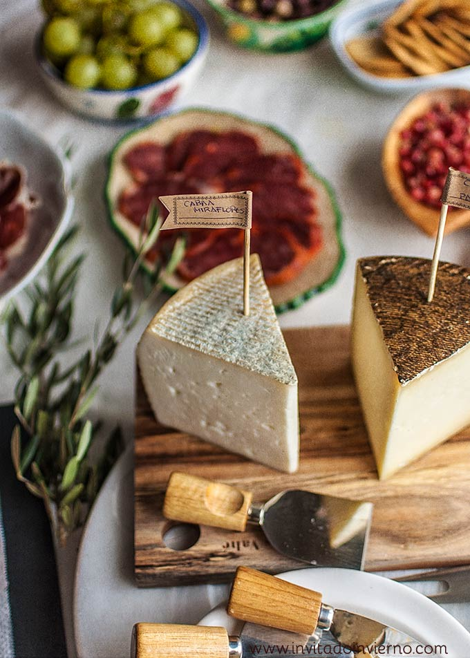 com preparar una taula d'embotits i formatges