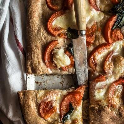 Masa de pizza integral. Pizza de tomate y albahaca