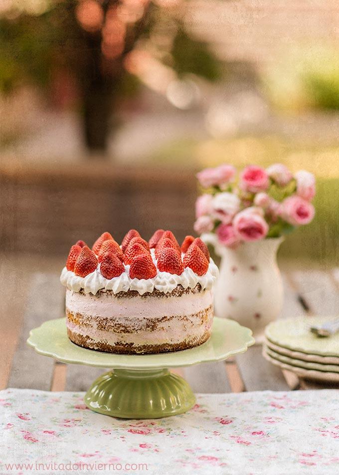 Tarta de fresas con nata recetas con fotos el invitado for Como decorar una torta facil y rapido