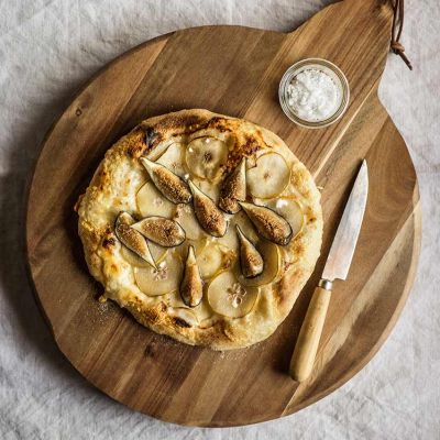 Pizza blanca de higos frescos y peras