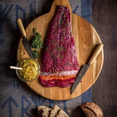 Salmón marinado o gravlax con remolacha