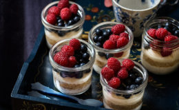 Goxua en vasitos con frutos rojos