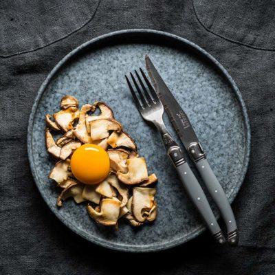 Boletus salteados con yema de huevo